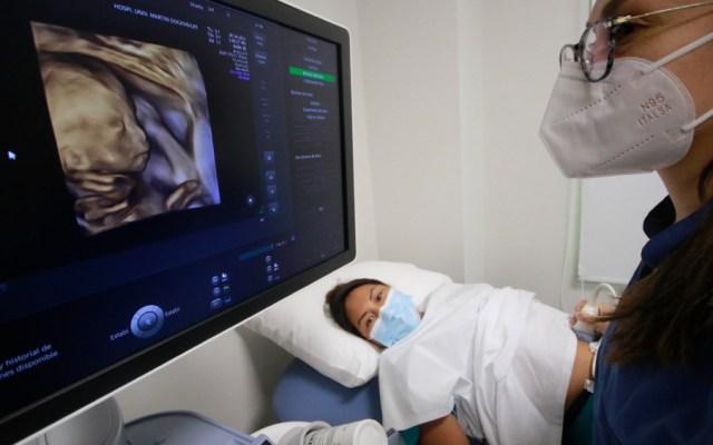 """La tecnología y la salud se unen en el centro privado """"Martin Dockweiler"""", el primer hospital digital en Bolivia y el más grande del país que cuenta con laboratorios modernos, realidad aumentada, inteligencia de datos y telemedicina. - Foto de EFE"""