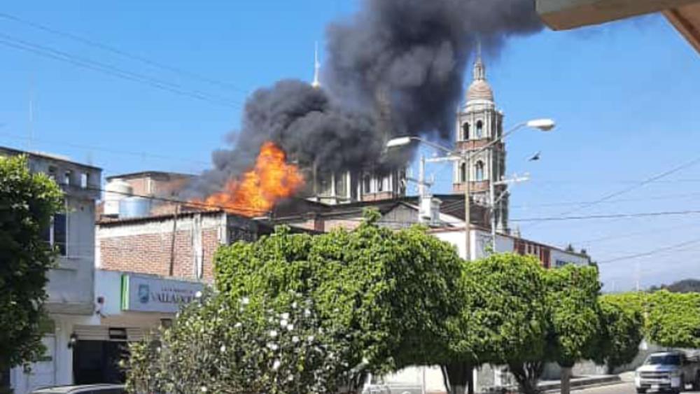 Se incendia iglesia de Nuevo San Juan Parangaricutiro, Michoacán - Incendio Michoacán iglesia Nuevo San Juan Parangaricutiro