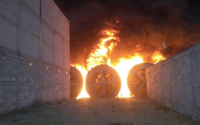 Incendio consume bodega de cables en Tezoyuca, Estado de México - Incendio en Tezoyuca, Estado de México. Foto de @OCuriel