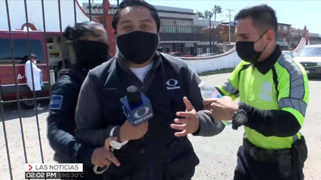 #Video Intentan arrestar a reportero en Tijuana mientras transmitía vacunación de adultos mayores - Intento de arresto del reportero Said Rodríguez en Tijuana. Captura de pantalla