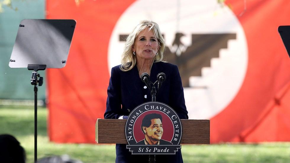 """#Video Jill Biden se equivoca al intentar hablar español; no pudo decir """"sí se puede"""" - Jill Biden en discurso a trabajadores agrícolas durante el Día de César Chávez. Foto de @Chavez_Fndn"""