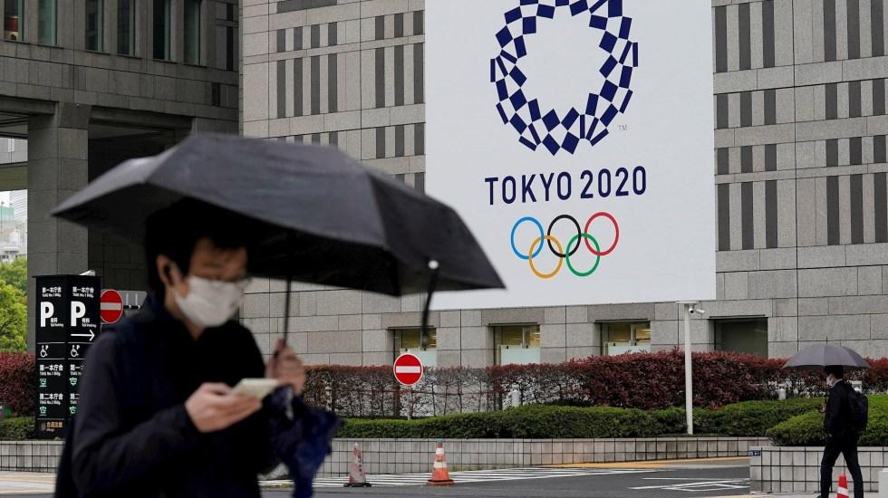 EE.UU. eleva al máximo Alerta de Viaje para Japón de cara a Juegos Olímpicos - La gente pasa junto a una pancarta con el logotipo de los Juegos Olímpicos de Tokio 2020 que cuelga de la pared del Ayuntamiento Metropolitano de Tokio en Tokio, Japón. Tokio comenzó la cuenta regresiva de los 100 días hasta la ceremonia de apertura de los Juegos Olímpicos. Los Juegos Olímpicos de Verano, reprogramados de 2020 a 2021 debido a la pandemia de COVID-19, comenzarán el 23 de julio de 2021. Foto de EFE / EPA / KIMIMASA MAYAMA.La gente pasa junto a una pancarta con el logotipo de los Juegos Olímpicos de Tokio 2020 que cuelga de la pared del Ayuntamiento Metropolitano de Tokio en Tokio, Japón. Tokio comenzó la cuenta regresiva de los 100 días hasta la ceremonia de apertura de los Juegos Olímpicos. Los Juegos Olímpicos de Verano, reprogramados de 2020 a 2021 debido a la pandemia de COVID-19, comenzarán el 23 de julio de 2021. Foto de EFE / EPA / KIMIMASA MAYAMA.