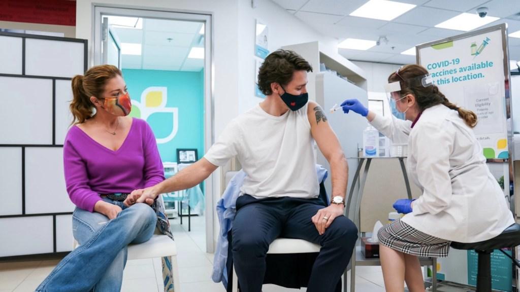 Justin Trudeau y su esposa reciben primera dosis de vacuna - Justin Trudeau y su esposa reciben la primera dosis de vacuna de AstraZeneca. Foto de Twitter @JustinTrudeau
