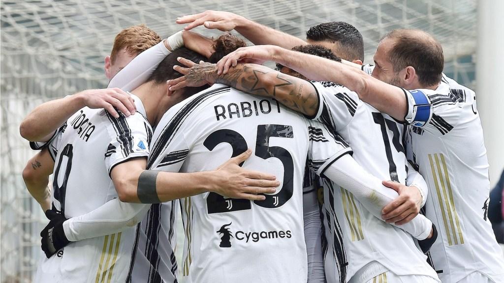 Juventus derrota a Genova y refuerza su plaza en la Champions - Jugadores celebran gol anotado por la Juventus. Foto de EFE/EPA/ALESSANDRO DI MARCO