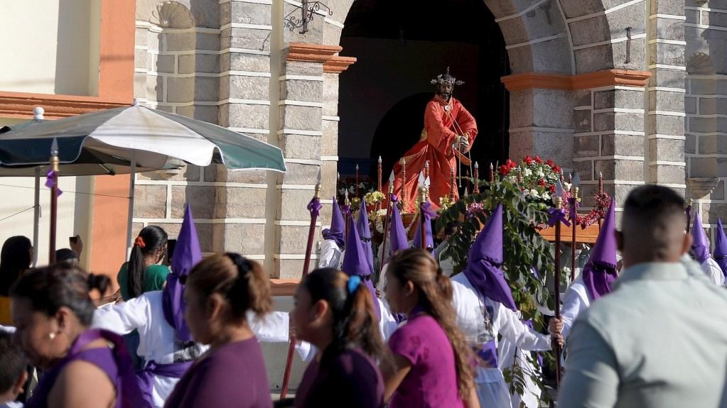 Mayas tzotziles celebran procesión de Jueves Santo pese a la pandemia - Feligreses católicos escenifican la pasión de Cristo, en la comunidad de Venustiano Carranza, Chiapas. Los pueblos mayas tzotziles no han dejado de orar y realizar actividades ceremoniales como la procesión llevada a cabo este Jueves Santo en el suroriental estado de Chiapas. Foto de EFE/Carlos López.
