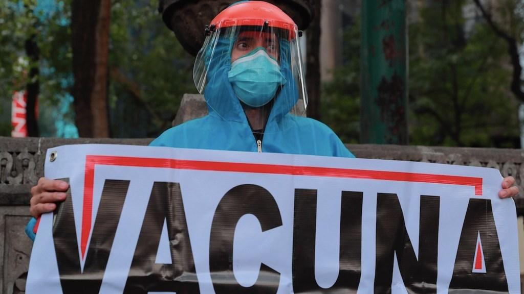 Médicos privados que laboran en sector público ya fueron vacunados: López-Gatell - Médicos privados protestan para recibir la vacuna contra el COVID-19. Foto de EFE