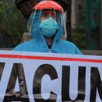 Protestan médicos privados tras ser relegados en la vacunación contra COVID-19 - Médicos de servicios privados protestan para recibir la vacuna contra el COVID-19. Foto de EFE