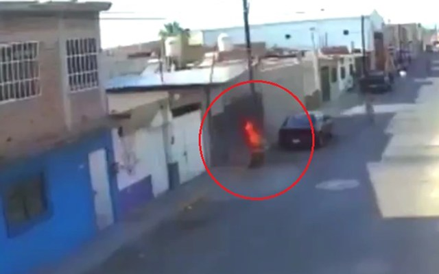 #Video Sujeto prende fuego a adulta mayor en Celaya; víctima se encuentra grave - Momento en que prenden fuego a Esther en Celaya. Captura de pantalla