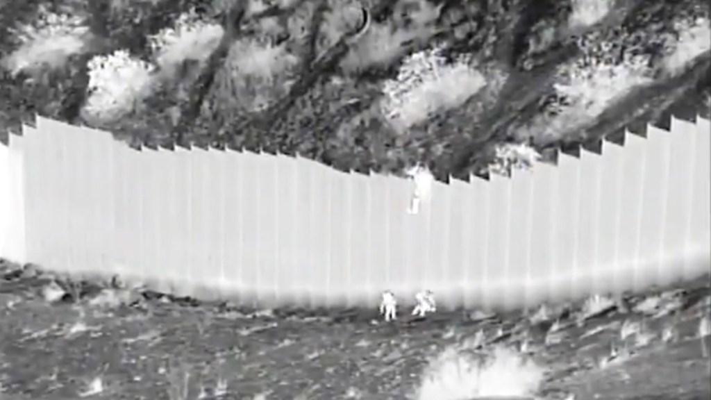 Padres de las niñas lanzadas por el muro fronterizo viven en EE.UU. - Dos niñas migrantes son lanzadas desde el muro fronterizo. Foto tomada de video