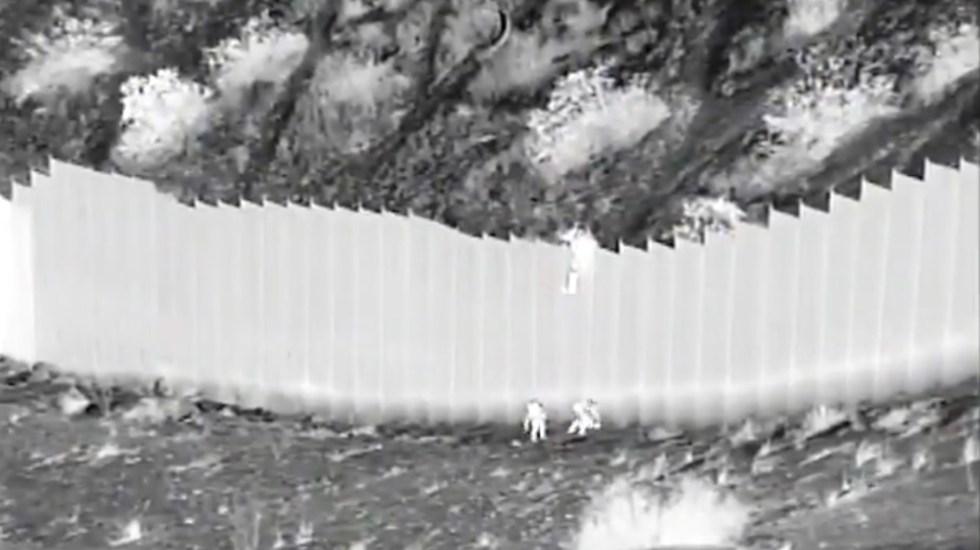 """Casa Blanca """"alarmada"""" por caso de niñas arrojadas desde muro con México - Dos niñas migrantes son lanzadas desde el muro fronterizo. Foto tomada de video"""