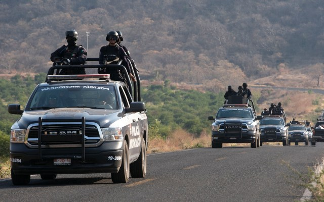Suman 81 mil 881 homicidios dolosos en lo que va del sexenio - Policía patrullando el municipio El Aguaje en Michoacán. Foto de EFE