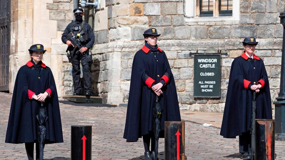 Refuerzan seguridad en Inglaterra ante funeral del príncipe Felipe - Policía y empleadas vigilan la entrada del castillo de Windsor. Foto de EFE