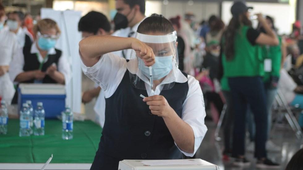 Inicia vacunación de adultos mayores en Iztapalapa y la GAM - Preparación de vacuna contra COVID-19 en CDMX. Foto de @SSaludCdMx
