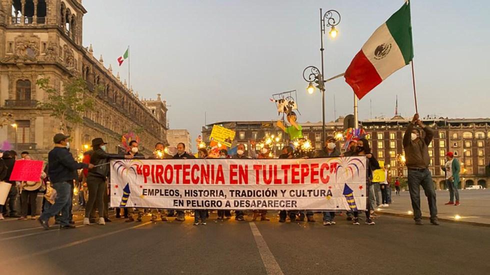 #Video Artesanos de Tultepec lanzan cohetones afuera de Palacio Nacional - Protesta de coheteros de Tultepec afuera de Palacio Nacional. Foto de @vialhermes