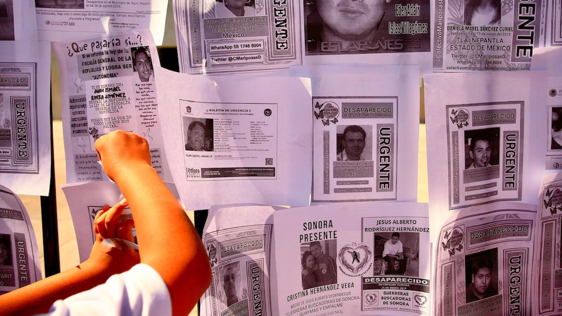 Familias de desaparecidos en México protestan contra reforma a la fiscalía. Foto de EFE