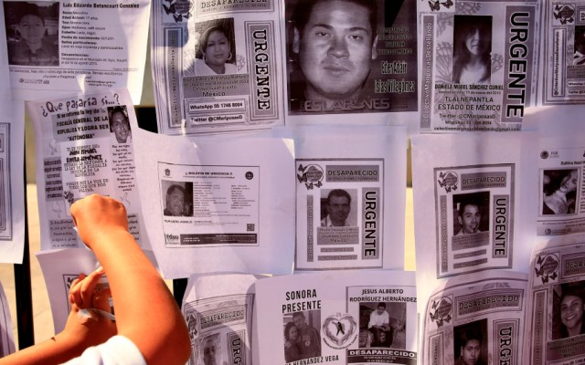 Familiares de personas desaparecidas protestaron este martes en la Cámara de Diputados contra la reforma que reduce la responsabilidad de búsqueda por parte de la Fiscalía General de la República (FGR) - Foto de EFE