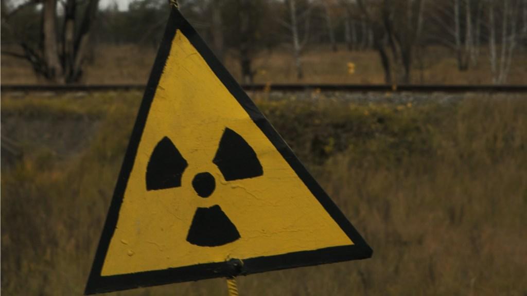 """Irán acusa """"terrorismo nuclear"""" contra la mayor planta para enriquecer uranio - En la imagen, peligro nuclear. Foto de Johannes Daleng para Unsplash"""