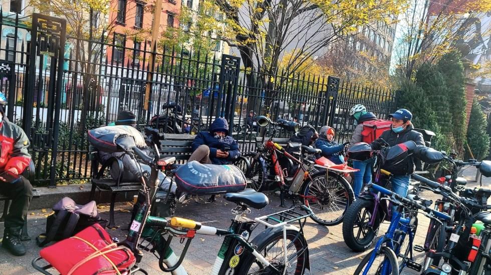 Repartidores de comida en Nueva York exigen alto a la violencia - Repartidores de comida en Nueva York. Foto de EFE