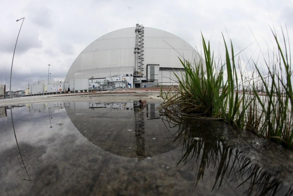 Vista del arco protector sobre el siniestrado reactor 4 de la central nuclear ucraniana de Chernóbil, destinado a sustituir el antiguo sarcófago y considerado como la mayor estructura móvil jamás construida por el ser humano. De acuerdo con evaluaciones oficiales, la explosión ocurrida en la madrugada del 26 de abril de 1986 en Chernóbil esparció hasta 200 toneladas de material con una radiactividad de 50 millones de curies, equivalente a 500 bombas atómicas como la lanzada en Hiroshima. Foto de EFE/ Oleg Petrasyuk.