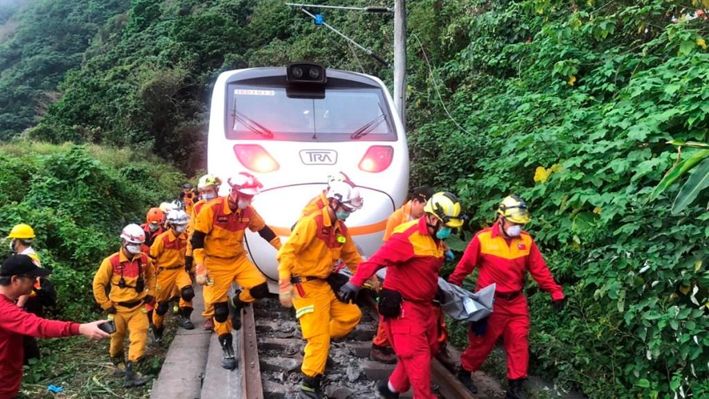 Accidente de tren en Taiwán deja al menos 48 muertos y decenas de heridos - Servicios de emergencia de Taiwán trabajan para restablecer el paso en vías ferroviarias de Hualien tras accidente de tren. Foto de EFE