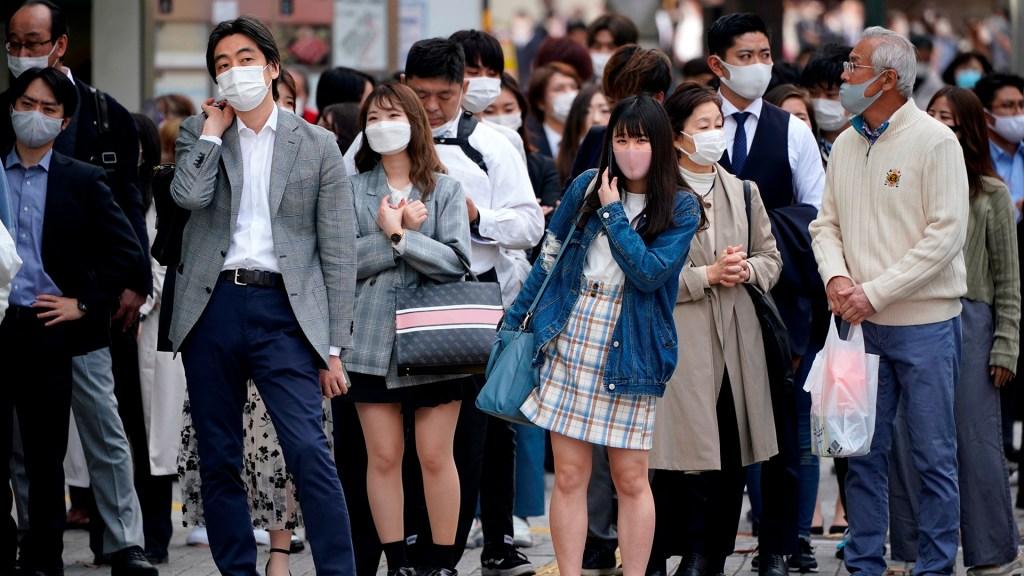 Tokio endurecerá restricciones contra COVID-19 por repunte de contagios - Transeúntes en Tokio durante pandemia de COVID-19. Foto de EFE