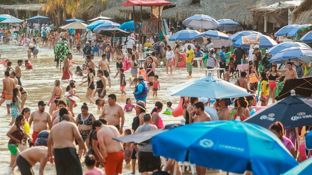México perdió en febrero 66.1 por ciento de ingresos de divisas por turismo - Turismo en Acapulco, Guerrero. Foto de EFE