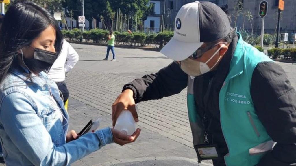 IMSS hace llamado a mantener medidas sanitarias durante periodo vacacional - Uso de gel antibacterial. Foto de Autoridad  del Centro Histórico