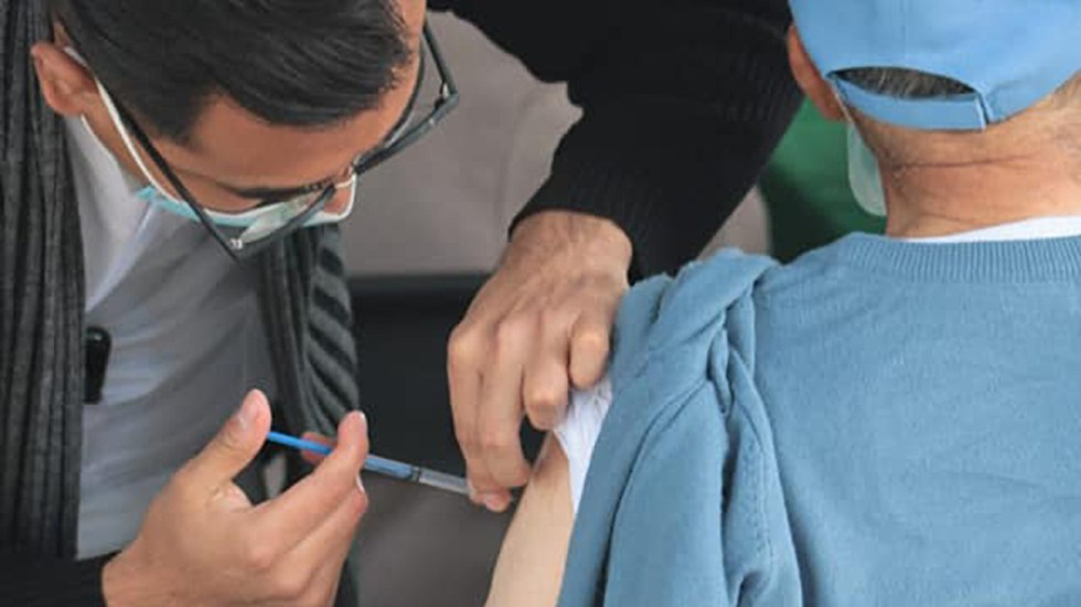 Niega López-Gatell que quienes se registraron para vacunación el martes deban volver a hacerlo - Vacunación contra COVID-19 en CDMX. Foto de @SSaludCdMx