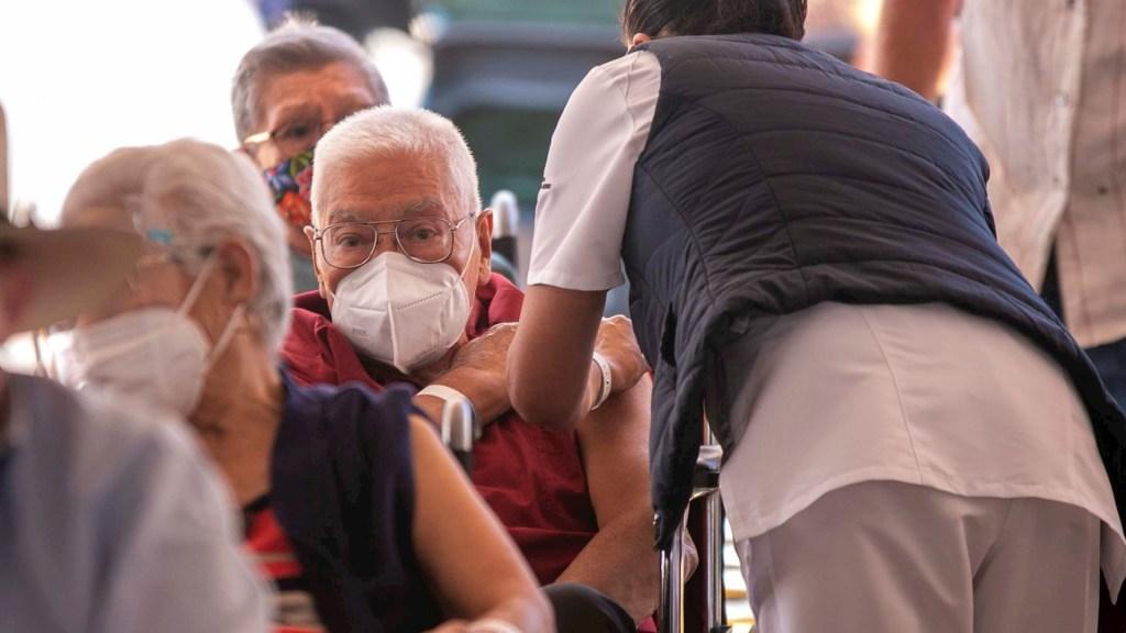 México registró este domingo mil 793 casos y 126 muertes por COVID-19 - pandemia Vacunación contra COVID-19 en México