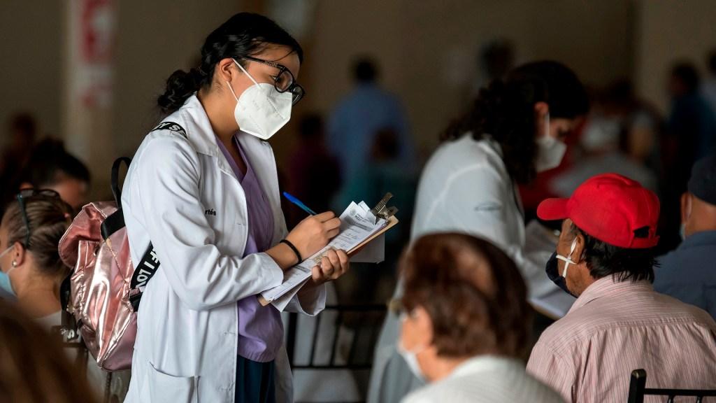 México atraviesa la pandemia de COVID-19 con fallas y aciertos en sistema de salud - Vacunación de adultos mayores contra COVID-19 en México. Foto de EFE