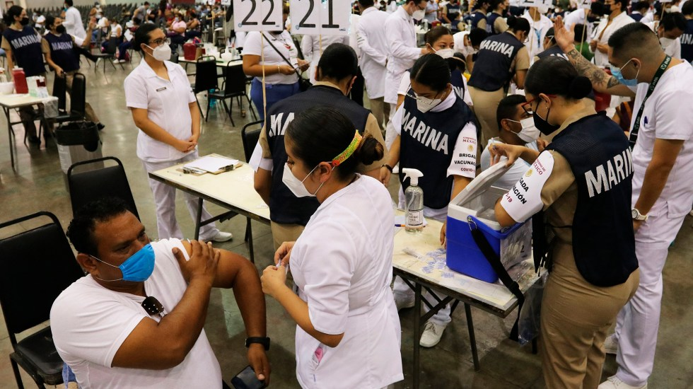 Vacunación de maestros comienza en México tras un año sin clases presenciales - Vacunación maestros mexicanos