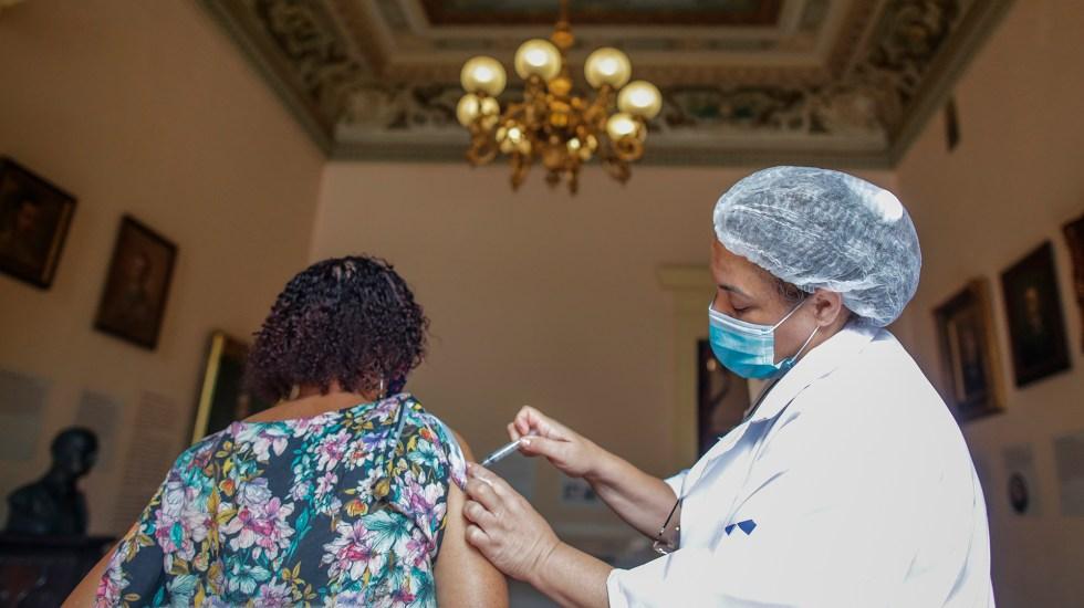 Vacunan por error en Brasil a 46 personas contra COVID-19 en lugar de la gripe - Vacunación en Brasil contra COVID-19. Foto de EFE