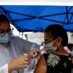 Alerta en Brasil ante aumento de variantes de COVID-19 - Vacunación en Brasil.Foto de EFE