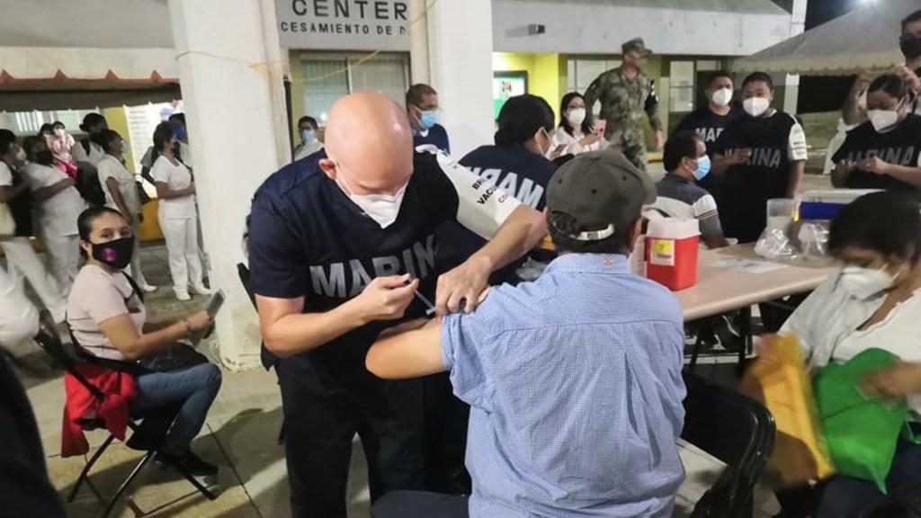 Registro extemporáneo provocó sobredemanda de vacunas en Veracruz - Vacunación en personal docente. Foto de Twitter Cuitláhuac García