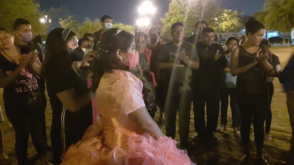 Adolescente comparte con migrantes banquete de sus XV años en Reynosa - XV años de Nancy junto a migrantes. Foto de @suenosde.prinsesas