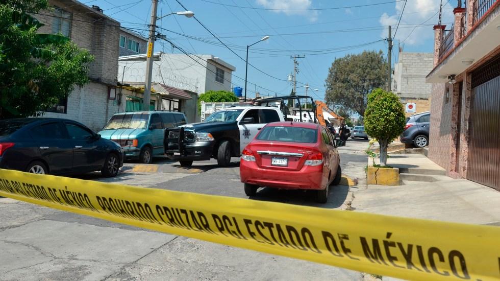 Suman 85 mil 444 homicidios dolosos en lo que va del sexenio - Acordonamiento de calle en Edomex por escena del crimen. Foto de EFE