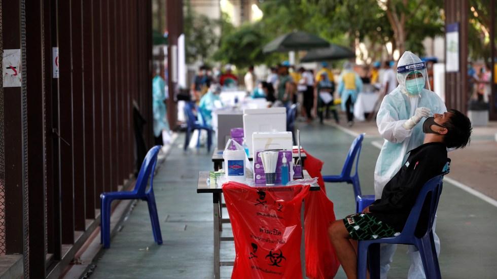 """Pandemia """"está lejos de su final"""" pese a 2 semanas de casos a la baja: OMS - Aplicación de prueba COVID-19 en Bangkok, Tailandia. Foto de EFE"""