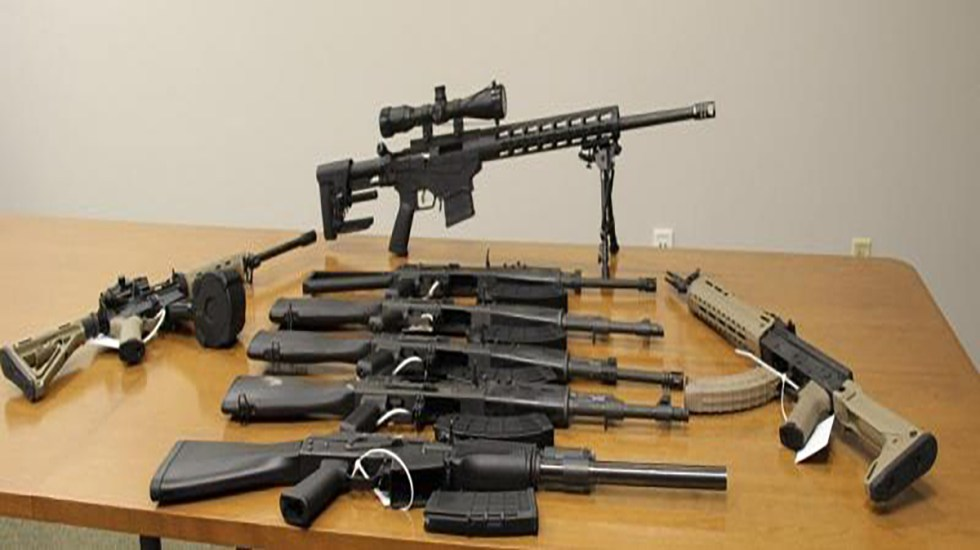 EE.UU. decomisa en frontera con México armas de asalto escondidas en sofás - Armas halladas escondidas en sofás que intentaron ingresar ilegalmente a México. Foto de CBP
