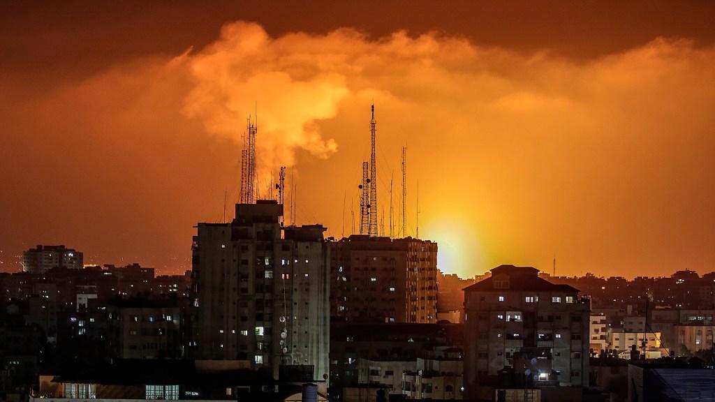 La actual escalada entre israelíes y palestinos es algo más que lo de siempre - Ataque en la ciudad de Gaza. Foto de EFE