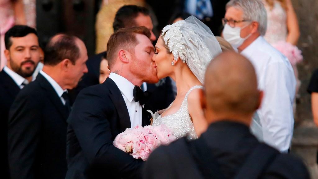 'Canelo' Álvarez se casa por la iglesia en Guadalajara - Canelo Álvarez y su esposa tras boda por la iglesia. Foto de EFE