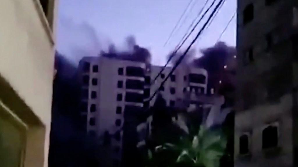 #Video Bombardeo contra Gaza destruye icónico edificio de 13 pisos - Bombardeo contra Gaza destruye icónico edificio de 13 pisos. Foto tomada de video