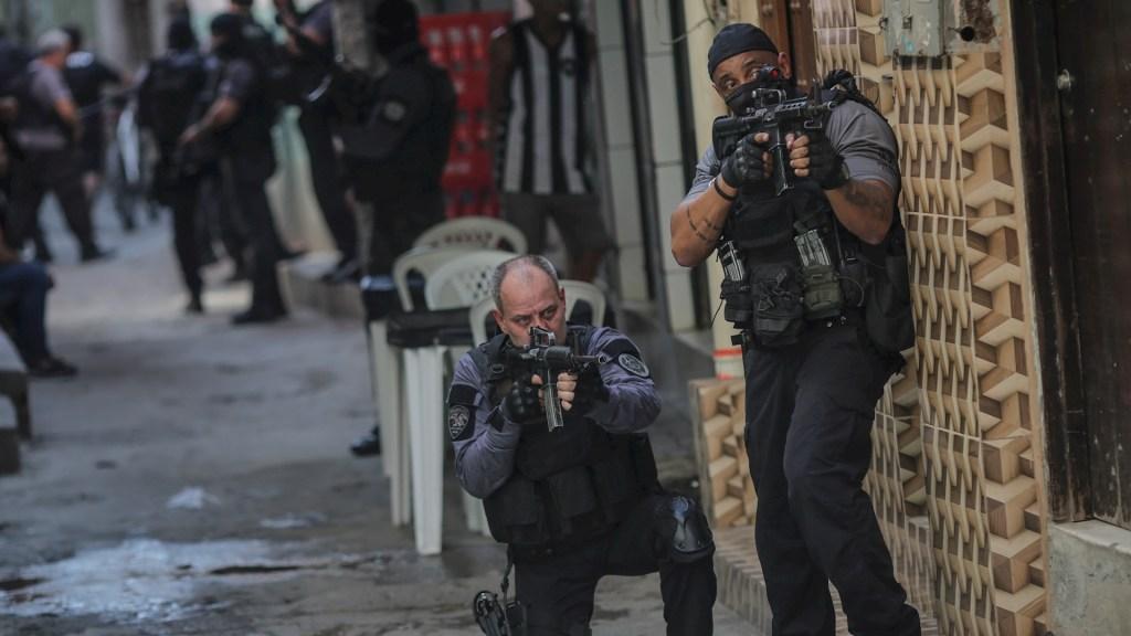 Suman 28 muertos por operativo policial en Río de Janeiro - Miembros de la Policía realizan un operativo policíal contra una banda de narcotraficantes en una favela de Río de Janeiro (Brasil). Foto de EFE/ André Coelho