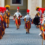 Nuevos guardias suizos juran fidelidad al papa - La ceremonia de juramento de los nuevos guardias suizos de la Ciudad del Vaticano generalmente se lleva a cabo alrededor del 6 de mayo. La ceremonia conmemora a los 147 guardias suizos que murieron defendiendo al Papa Clemente VII en 1527 durante el Saqueo de Roma. Foto de EFE