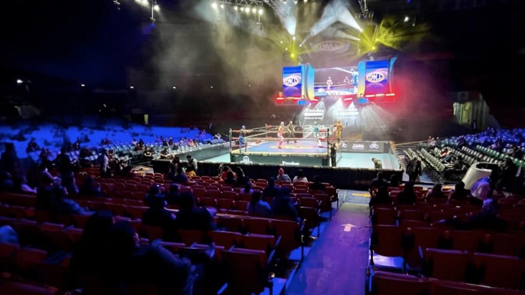La Arena México recupera su fuerza con el regreso de los aficionados - La Arena México recupera su fuerza con el regreso de los aficionados. Foto de CMLL