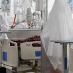 Colombia roza las 100 mil muertes por COVID-19 - Personal médico trabaja en una unidad de cuidados intensivos de COVID-19 en el Hospital El Tunal, en Bogotá, Colombia. Foto de EFE/ Carlos Ortega/ Archivo.