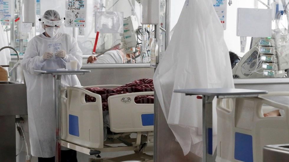 Colombia confirma 530 nuevas muertes por COVID-19, nuevo récord de decesos diarios - Personal médico trabaja en una unidad de cuidados intensivos de COVID-19 en el Hospital El Tunal, en Bogotá, Colombia. Foto de EFE/ Carlos Ortega/ Archivo.