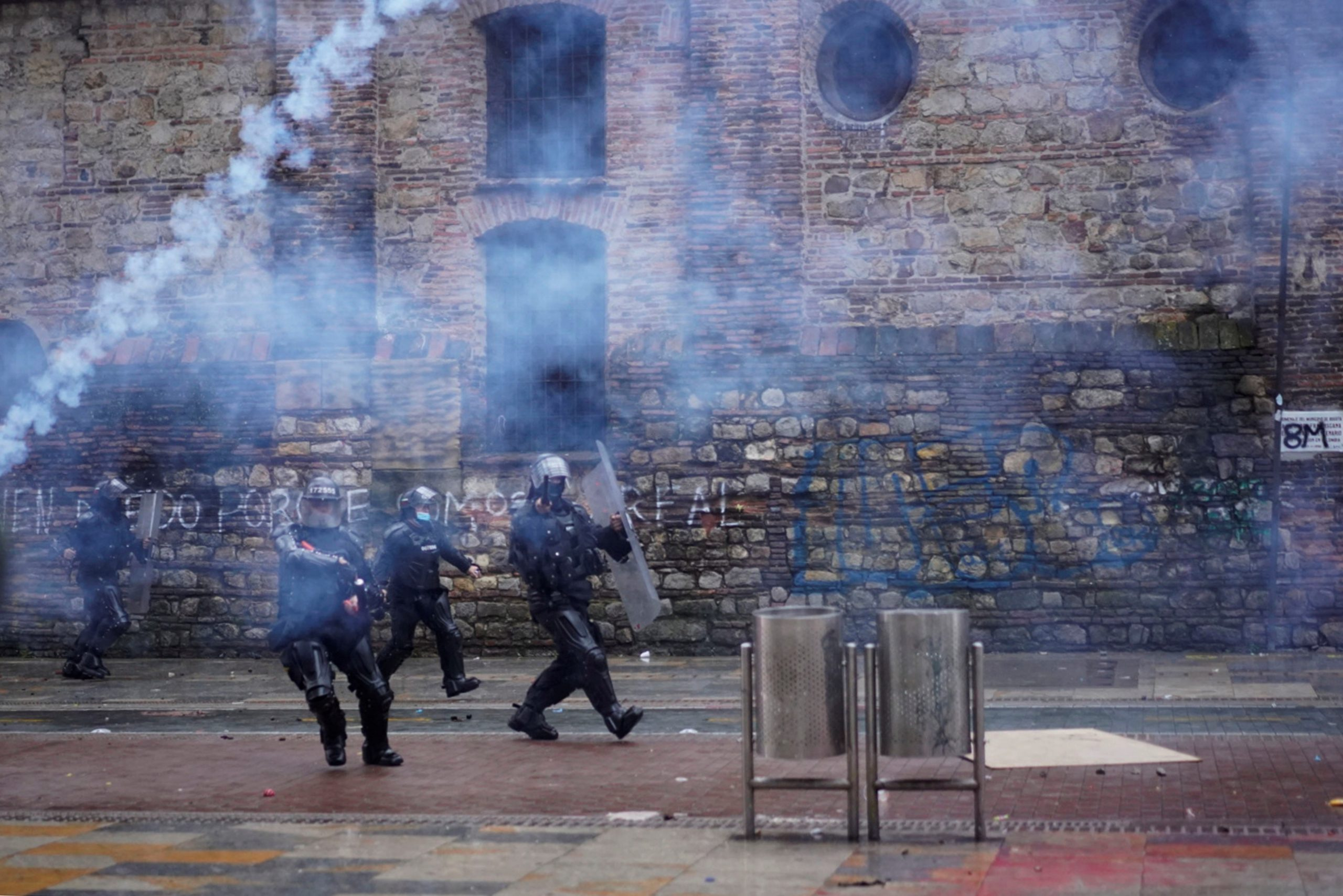 Miembros del ESMAD enfrentan manifestantes al finalizar una nueva jornada de movilizaciones, en el centro de Bogotá, Colombia. Foto de EFE/ Juan Páez.