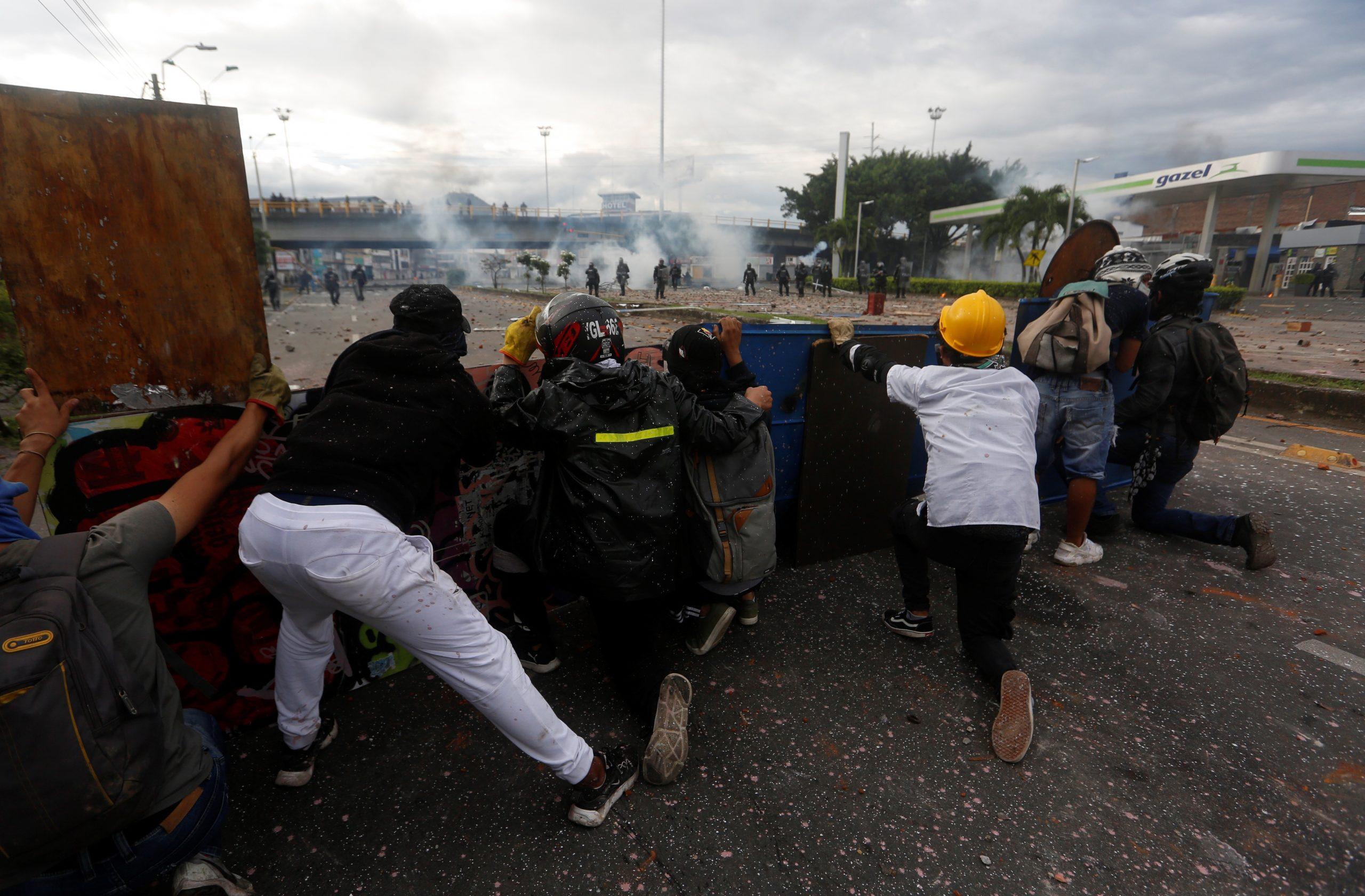 Manifestantes se enfrentan con miembros del Escuadrón Móvil Antidisturbios (ESMAD) durante las protestas hoy en Cali, Colombia, el pasado 5 de mayo. Foto de EFE/ Ernesto Guzmán Jr.