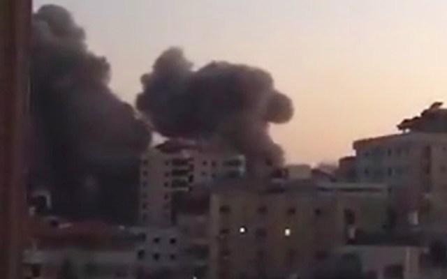 #Video El impacto de cohetes contra edificio en Franja de Gaza - Edificio Handie destruido en Gaza en ataque aéreo. Captura de pantalla