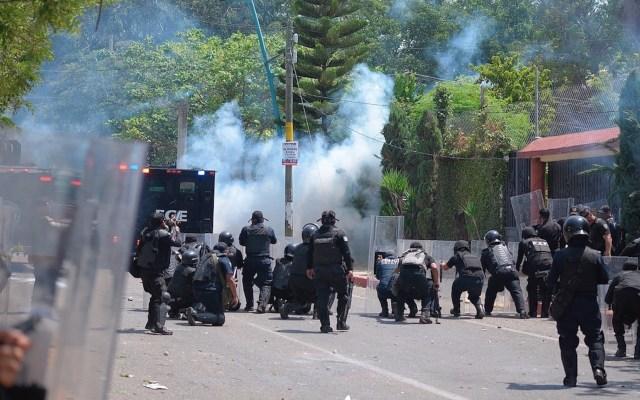 Normalistas de Mactumactzá se enfrentan a policías en Chiapas - Normalistas se enfrentan a policías en Chiapas. Foto de EFE